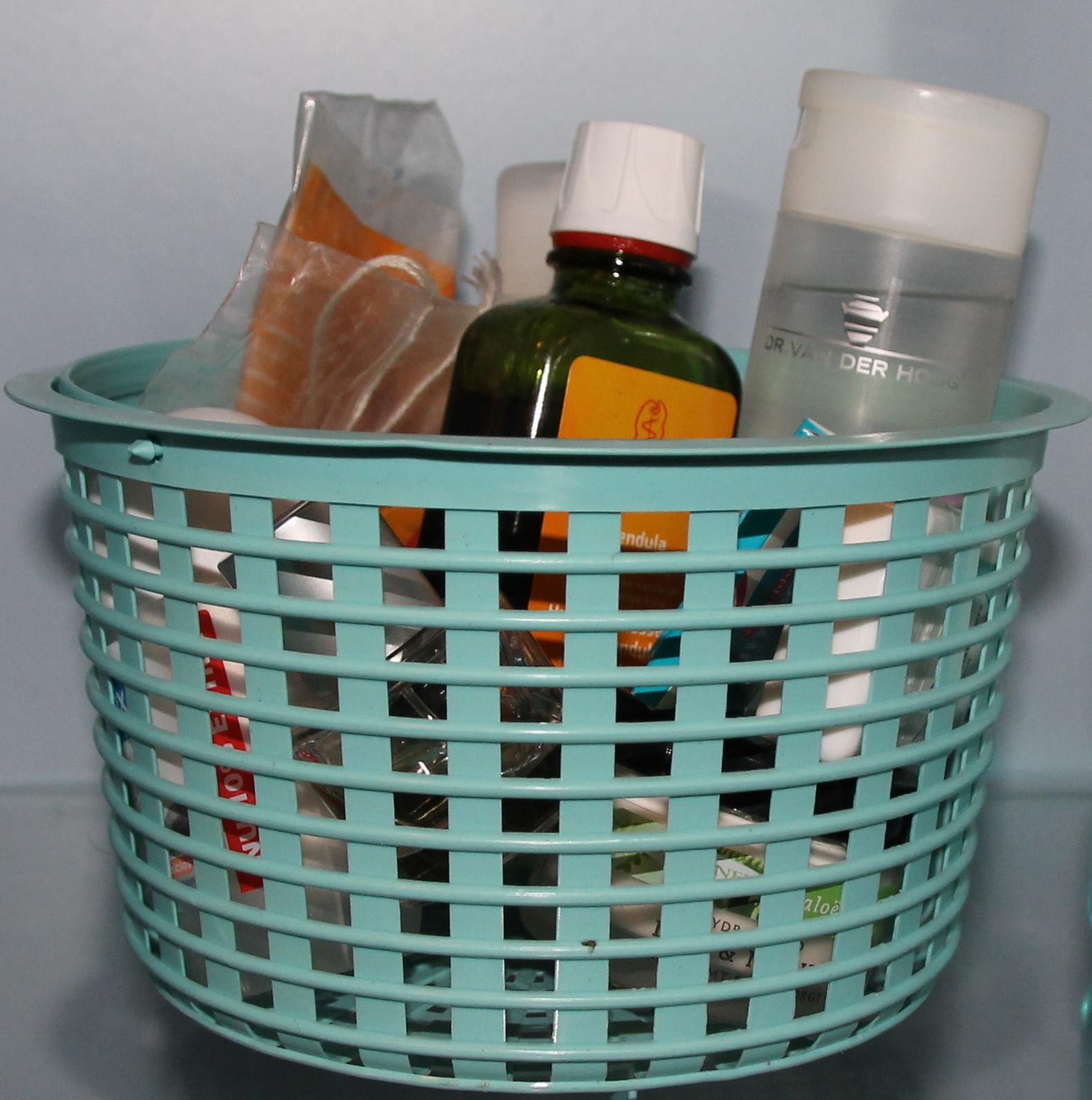 losse potjes en flesjes in de badkamer, Badkamer